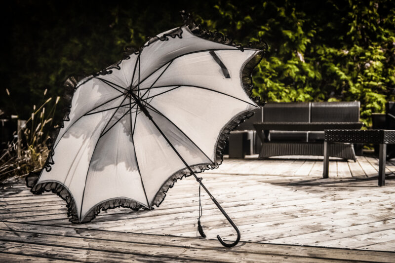 parapluie beige et frisons - vêtements québécois - designer de mode - Monarcky
